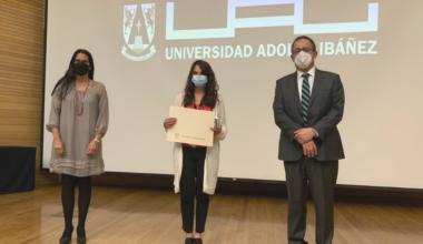 Andrea Repetto recibe el premio a Mejor Profesora de la Escuela de Gobierno